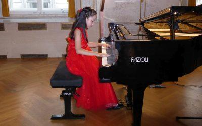 Bild von Mädchen das am Klavier spielt
