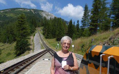 Bewohner der Kursana Residenz fuhren per Zahnradbahn auf den Schneeberg.