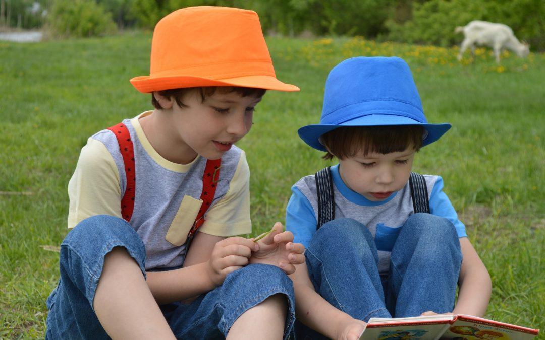 Dussmann Service verteilt Bücher-Boxen an Kinder.