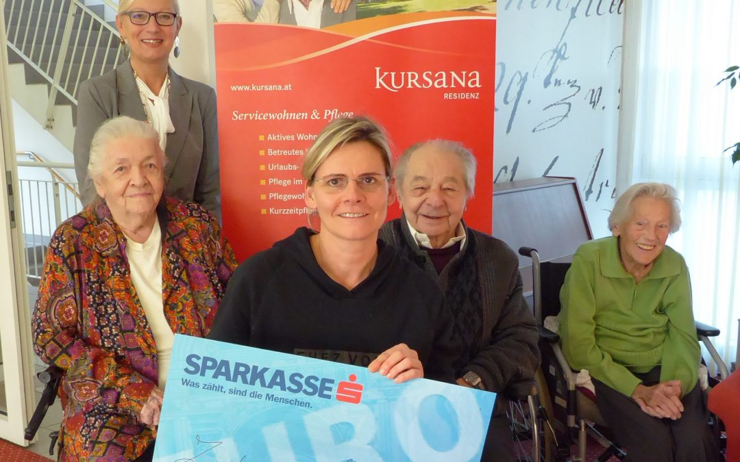Kursana übergibt Spendenscheck an den Therapiehof Regenbogental
