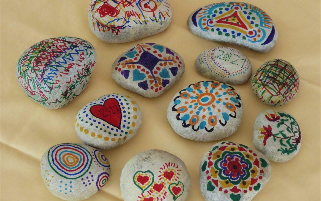 Senioren der Kursana Residenz bemalen Steine und versprühen Zuversicht trotz Corona